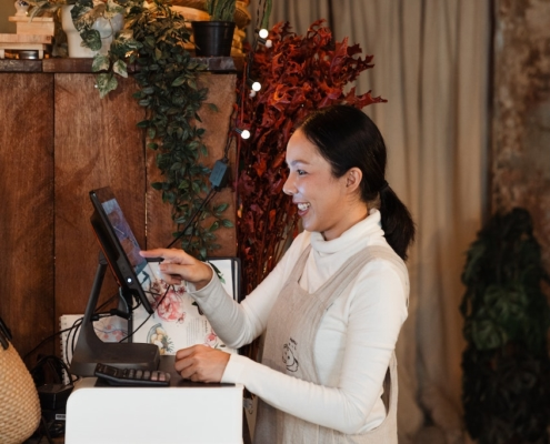 asian-business-owner-using-pos-system