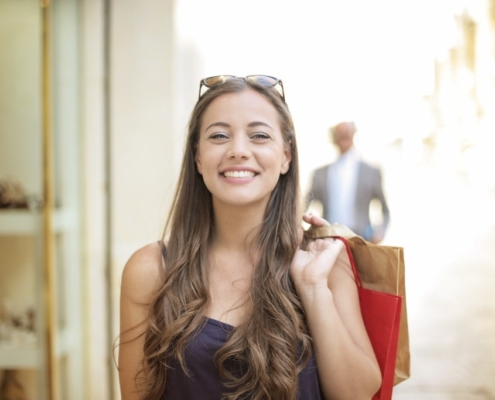 woman-shopping-in-summer