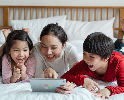 mom-with-kids-using-tablet