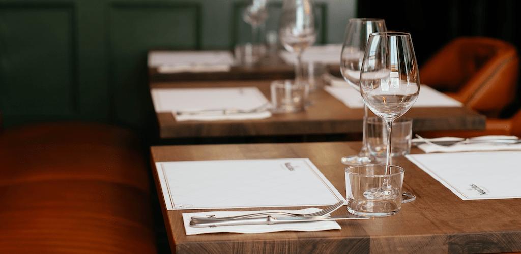restaurant-table-setting